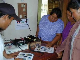 無線機を設置後、看護師たちに使い方をトレーニングした
