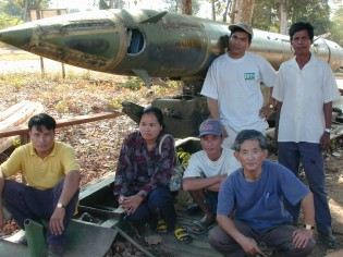 ベトナム戦争の残骸の前で関係者たちと撮影(下段右、富保)