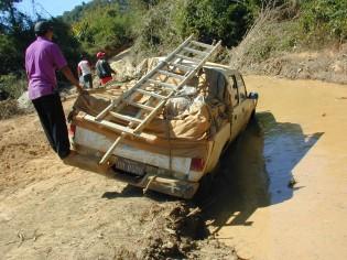 河になった道路を車両のウインチで走行