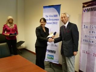 修了式でフィリピン研修生への修了証を授与