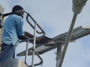 ソーラーパネルとフレームの溶接作業