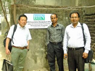 BHNバングラデシュ事務所(ダッカ)前で撮影