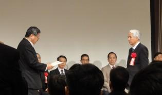 受賞する木村参与