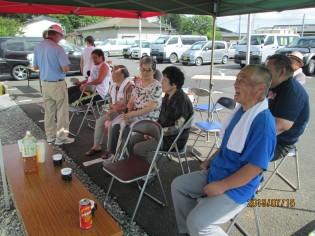 石巻市糠塚・糠塚前団地の合同夏祭りを見学中の自治会役員(写真提供も)