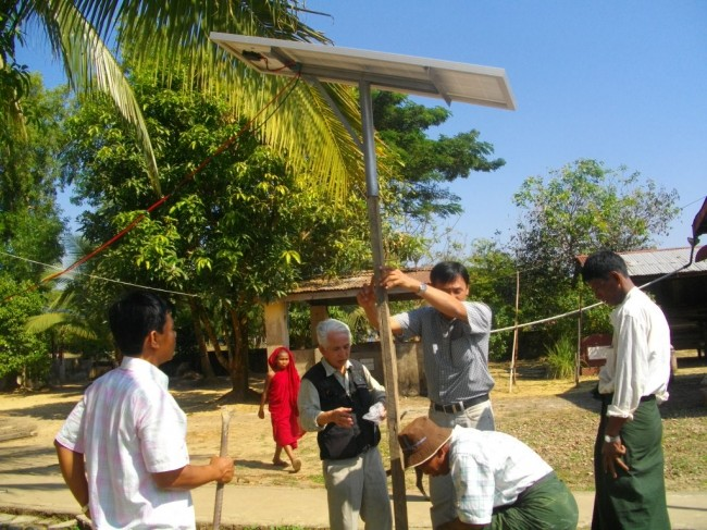 ソーラーパネルの組み立て作業
