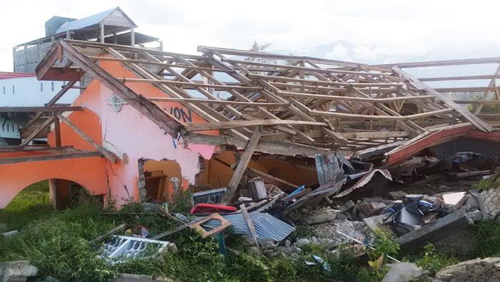 地震により倒壊した建物