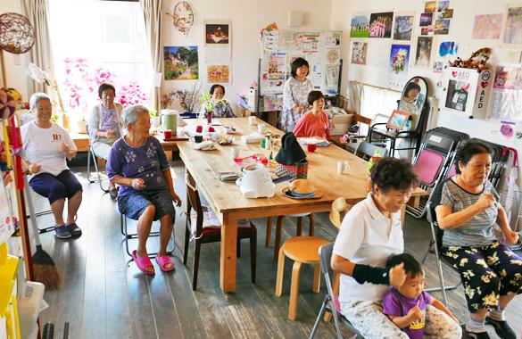 熊本県益城町・テクノ仮設団地Cブロック集会所で、BHN熊本ICT健康サロンの実施風景と参加住民