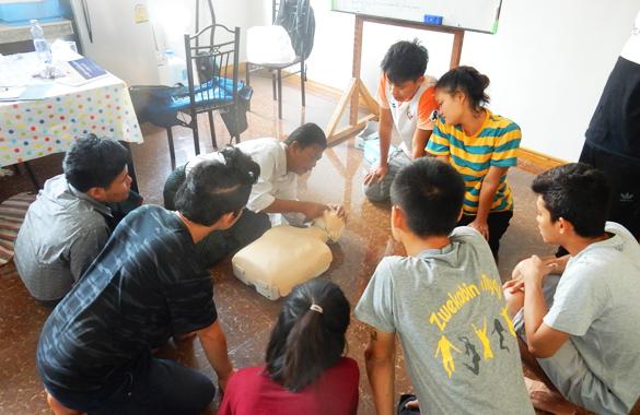 ミャンマーの「赤十字」のインストラクターによる応急処置訓練